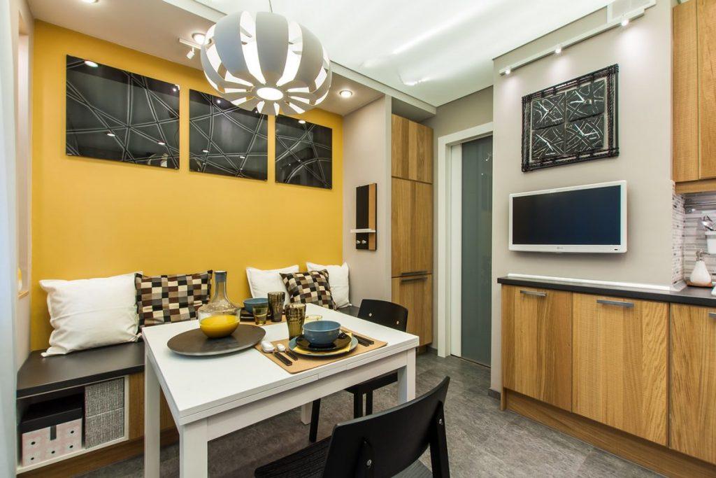 bucatarie mare cu accente de lemn - cu perete accent galben
