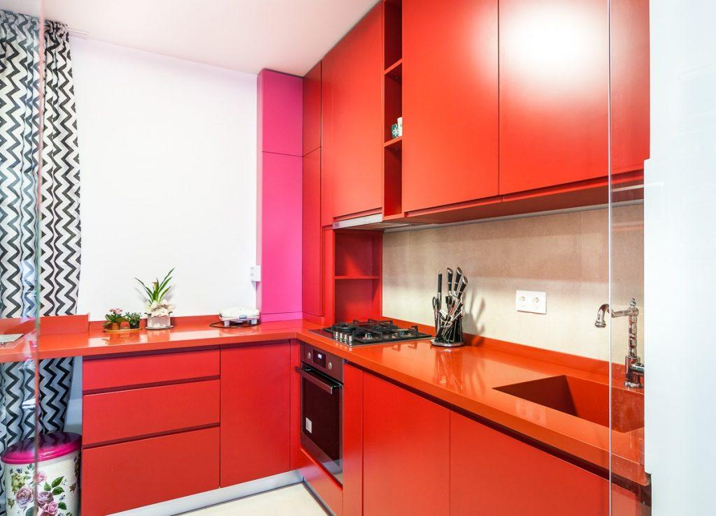 bucatarie mica rosie cu perete despartitor de sticla