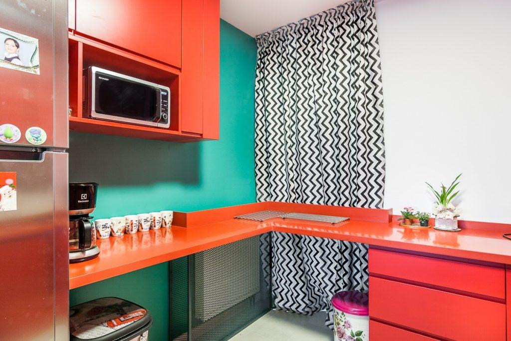 bucatarie mica rosie cu perete accent si draperii alb-negru