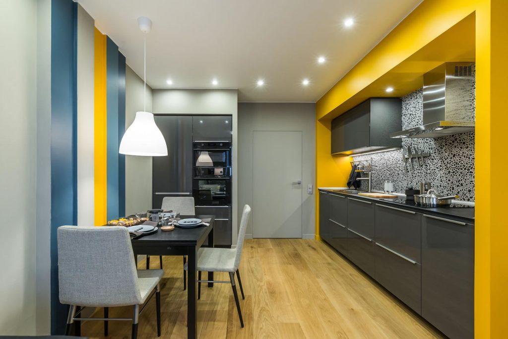 bucatarie deschisa moderna cu accente de galben