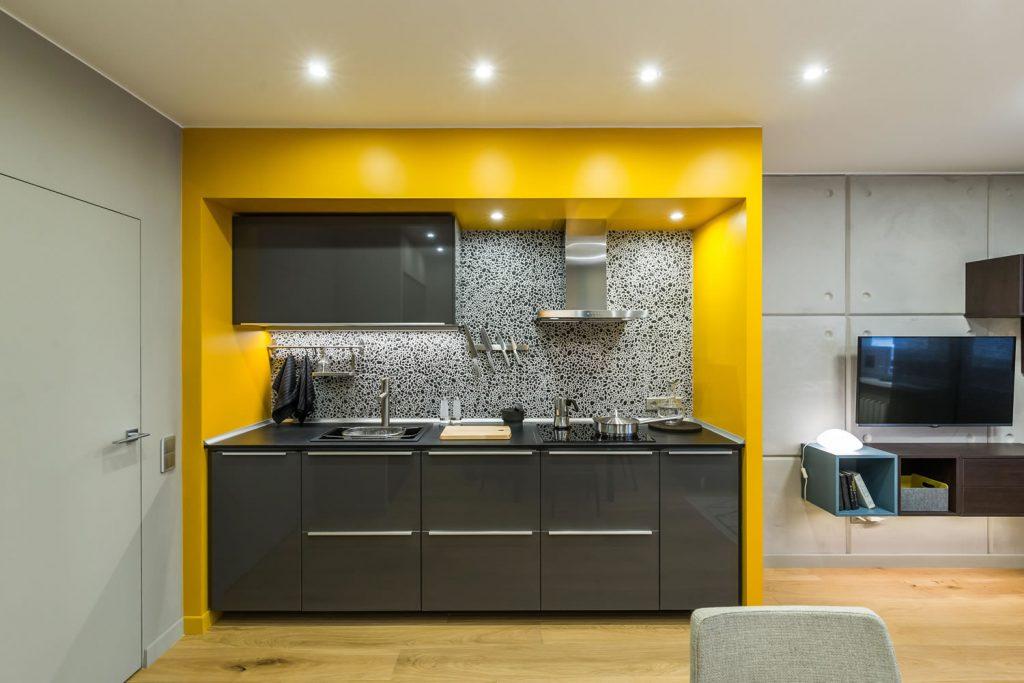 bucatarie deschisa cu accente de galben