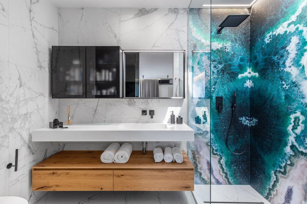 baie moderna cu accente de turcoaz