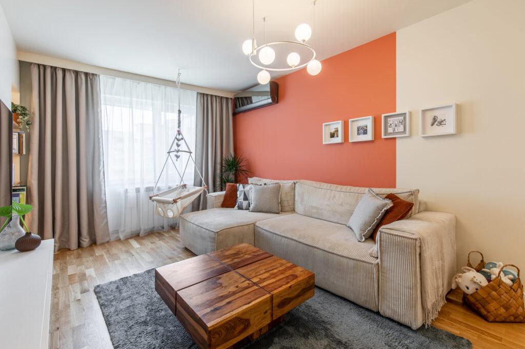 living modern cu accente de portocaliu