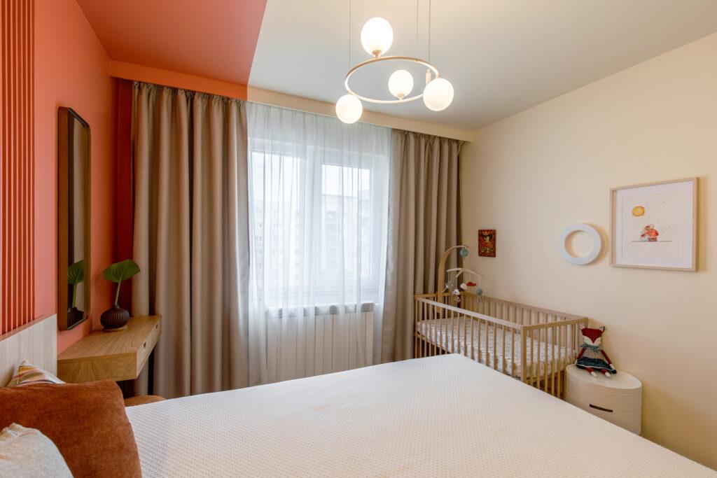 dormitor mic modern cu accente de portocaliu